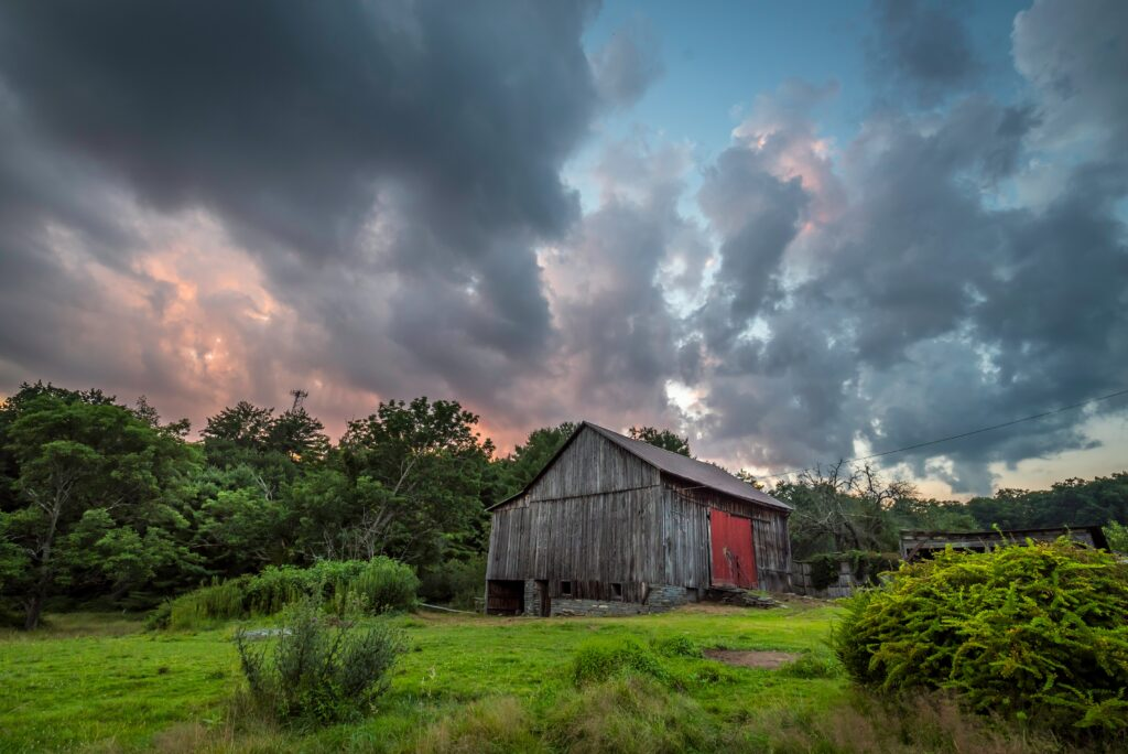 dramatic-sky-over-the-barn-CJ7TPDE