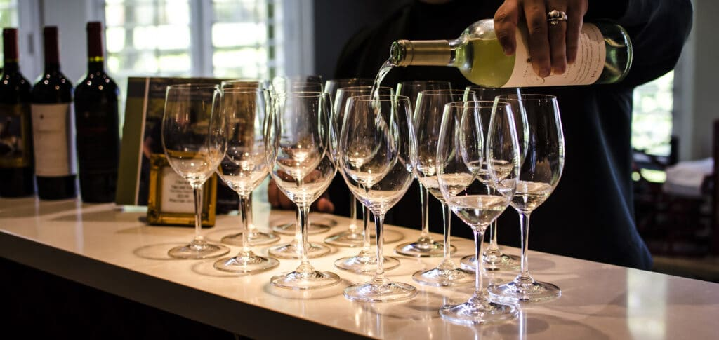 sommelier-pouring-wine-CAQ242Z